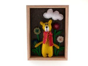 Tableau avec un ours jaune en feutrine avec des fleurs