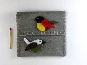 Pochette grise en feutrine avec 2 oiseaux de framboisine création
