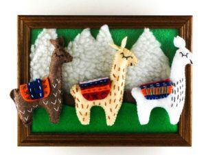 Tableau avec trois lamas et un paysage de montagne en feutrine de framboisine création