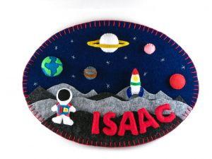 """<span  class=""""uc_style_uc_tiles_grid_image_elementor_uc_items_attribute_title"""" >Tableau en feutrine thème de l'espace avec la lune et les planètes de framboisine création</span>"""