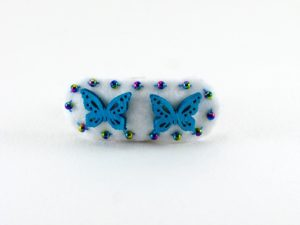 Barrette en feutrine blanche 2 papillons bleu de framboisine création