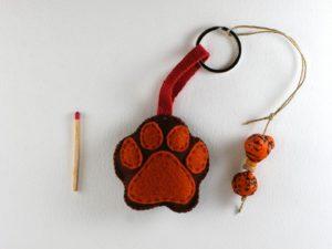 Porte clé patte de chien en feutrine de framboisine création