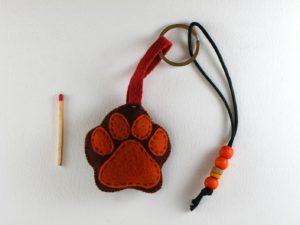 Porte clé patte de chien en feutrine lacet noir de framboisine création