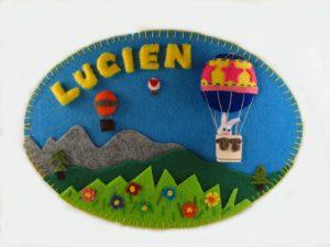 Tableau en feutrine avec une montgolfière et le prénom Lucien de framboisine création