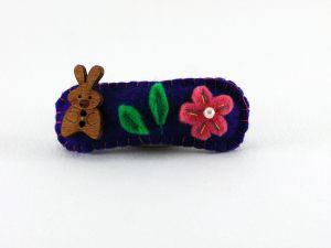 """<span  class=""""uc_style_uc_tiles_grid_image_elementor_uc_items_attribute_title"""" >Barrette en feutrine bleu avec une fleur et un lapin de framboisine création</span>"""