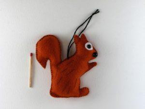 Décoration à suspendre écureuil en feutrine