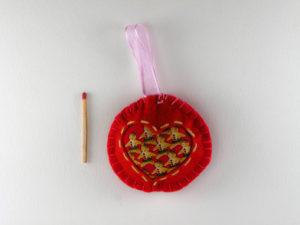 Décoration de Noël Boule rouge avec un tissus motif pains d'épices