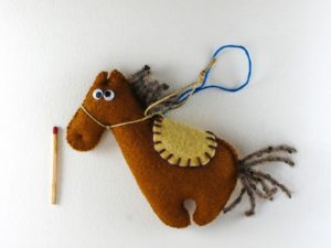 Décoration de Noël Cheval Brun en feutrine avec selle beige