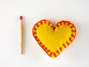 Décoration de Noël magnet en feutrine coeur jaune rouge