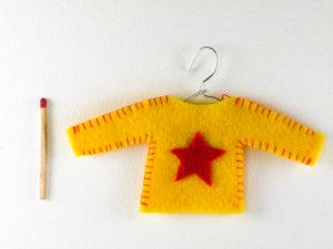 Décoration de Noël en feutrine pull jaune