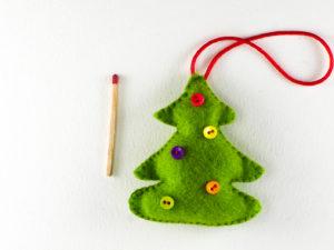 Décoration de Noël en feutrine sapin avec des boutons