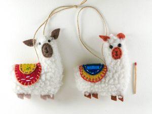 """<span  class=""""uc_style_uc_tiles_grid_image_elementor_uc_items_attribute_title"""" >Couple de lamas avec selles brodées rouge et jaune</span>"""