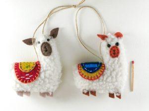 Couple de lamas avec selles brodées rouge et jaune