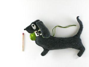 Décoration de noël à suspendre chien basset en feutrine