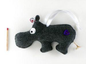 Décoration de noël à suspendre hippopotame oreille rose en feutrine