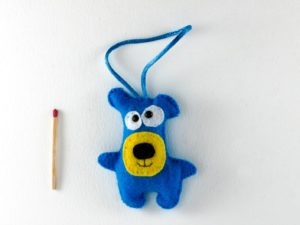 Décoration de noël à suspendre ours bleu et jaune en feutrine