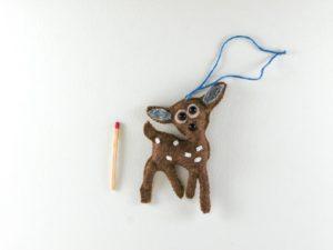 Décoration de Noël Faon en feutrine beige avec perles nacrés