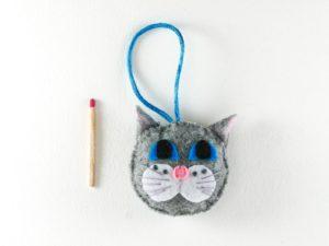 Décoration de Noël tête de chat gris aux yeux bleus