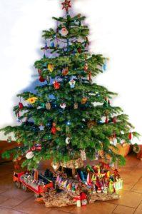 Sapin de Noël de framboisine décoré uniquement avec des créations en feutrine.