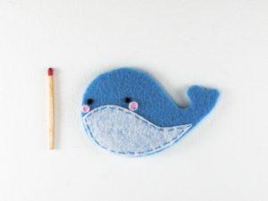 Magnet baleine en feutrine bleu